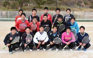 県総体5連覇を狙う塩田工の男子ソフトテニス部。試合会場などの清掃活動も続けている=嬉野市の同校