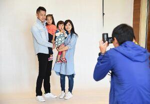 ひびのハピバァ撮影で写真に納まる家族(昨年の様子)