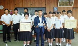 佐賀県学校農業クラブ連盟大会で最優秀となり、九州大会への出場を報告した伊万里農林高校の生徒たち=伊万里市役所