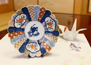 弥川佐智子さんの嫁入り道具の中で、母親から特に「大事にしなさい」と持たせられた小皿=藤津郡太良町の弥川さん宅