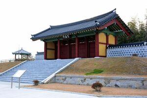 塗装工事が完了した「百済門」=神埼市神埼町の王仁博士顕彰公園