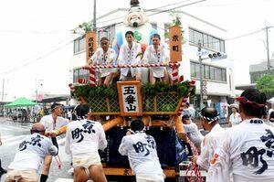 雨の中、山笠を前後に揺さぶる「がぶり」を見せる5番山・京町の「京町恵比寿」=鳥栖市本通町交差点