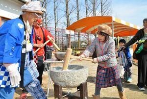 餅つきを楽しむ子どもたち=佐賀市の神野公園こども遊園地