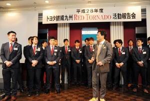 飛び入り参加した山口祥義知事から激励されるトヨタ紡織九州レッドトルネードの選手たち=佐賀市のホテルニューオータニ佐賀