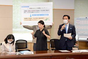 新型コロナウイルス対策に伴う北九州市への移動自粛要請の緩和や、地域の祭りの開催指針を説明した山口祥義知事(右)=県庁
