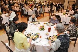 昼の部では、約150人の参加者が一流料亭の料理を楽しんだ=佐賀市のマリトピア