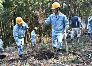 演習林にクヌギの苗を植える伊万里農林高森林工学科の3年生=伊万里市の腰岳
