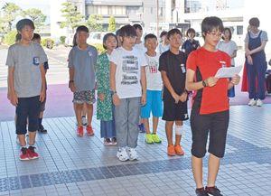 代表してあいさつする柿添さんと訪問団の児童=江北町役場