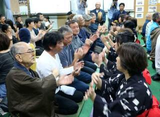 奄美で旧正月祝い、男女が手踊り