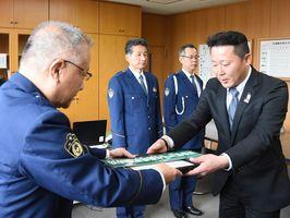 香月幸太郎神埼署長から指定書などを受け取る馬場友幸さん(右)=神埼署