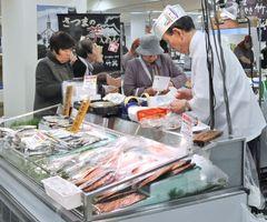 約50店が出店、新鮮な海産物も集まる=佐賀市の佐賀玉屋