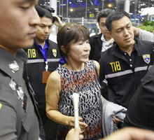 バンコク郊外のスワンナプーム国際空港に到着した山辺節子容疑者=18日(共同)