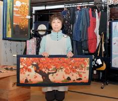 實松千鶴子さんらによる手作りのパッチワークなど約400点を展示販売するマルシェ=小城市の「深川家」
