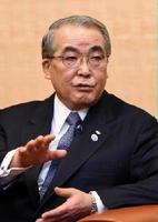 佐賀新聞のインタビューに応じる中村法道長崎県知事=長崎県庁
