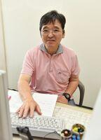 有明抄や論説の執筆をを担当し、「職場復帰できてよかった」と話す中島義彦論説委員=佐賀新聞社