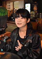 舞台を降りると礼儀正く落ち着いた26歳の素顔を見せるマッチさん=佐賀市松原のライブハウスRAG-G