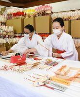 マスクを着けて正月の縁起物製作を進める巫女の女性たち=佐賀市の佐嘉神社