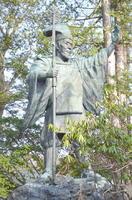 北海道神宮神門の前にある島義勇の銅像。1974年に建立された。高さ3.6メートル、重さ3トン