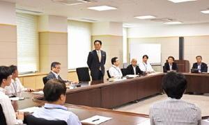 初会合で、働き方改革の考え方を示す山口祥義知事=佐賀県庁