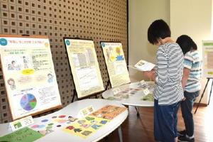 パネルやパンフレットを見る学生ら=佐賀市の西九州大学佐賀キャンパス