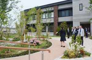 スロープ付きのリハビリ庭園が新しく造られた志田病院=鹿島市