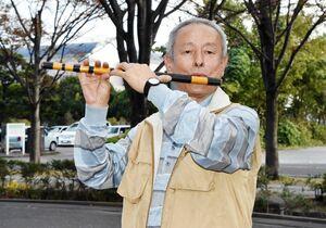 地域に伝わる音色を保存するために篠笛教室を開く高原さん=佐賀市の佐賀新聞社