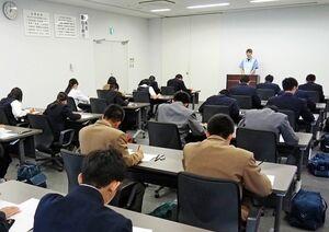 緊張の面持ちで筆記試験に臨む高校生=佐賀市久保泉町の小糸九州