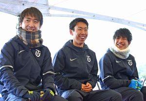 トークショーで笑顔を見せる東洋大の小笹椋選手(左)、中村拳梧選手(中央)、渡邉奏太選手=吉野ケ里歴史公園