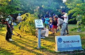 ライオンズパ-クを清掃する参加者=基山町宮浦の多目的グラウンド