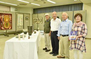 創立40周年を迎えた多久市美術協会の会員ら=多久市中央公民館
