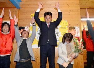 初当選が確実となり、支援者らと万歳三唱する松尾佳昭氏(中央)=8日午後9時31分、西松浦郡有田町外尾の事務所