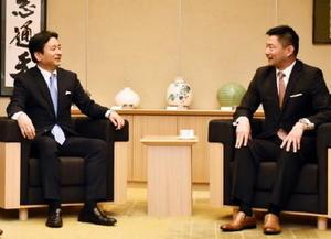 和やかな雰囲気で話す飯盛会長(右)と山口知事=県庁