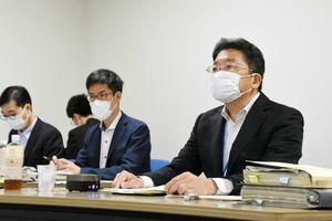 ウェブを通して佐賀県とやり取りをした国土交通省の足立基成幹線鉄道課長(右)=東京都内