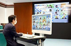 佐賀県内20市町の首長らとウェブ会議で意見を交わした山口祥義知事=県庁