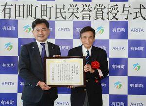 松尾佳昭町長(左)から町民栄誉賞の表彰状を受け取った岩永義次さん=有田町役場