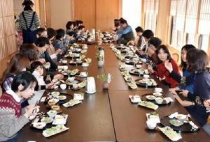 「きくいもご膳」の試食をする参加者ら=佐賀市富士町の森の香菖蒲ご膳