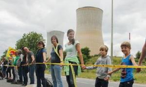 25日、ベルギー南部ユイで、ティアンジュ原発の閉鎖を求めて手をつなぎ、「人間の鎖」をつくる人々(共同)