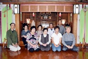 山田神社を訪問された伊万里氏系有田家の4姉妹の皆さんら