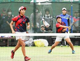 ソフトテニス女子団体決勝・佐賀清和-嬉野 粘り強いプレーで第1ダブルスを制し、優勝に貢献した上野未夢(右)、久保田茉空組=佐賀市のSAGAサンライズパーク庭球場