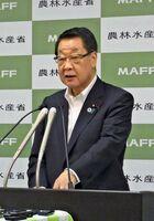 閣議後会見で質問に答える吉川農相=東京・霞が関の農林水産省