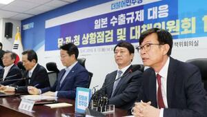 13日、ソウルで開かれた日本の輸出規制強化の対応策を話し合う合同会議で発言する金尚祚大統領政策室長(右端)(聯合=共同)