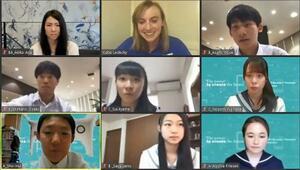 ケイティ・レデッキーさん(上段中央)とオンラインで交流する日本の中高生=31日(ユーチューブから)