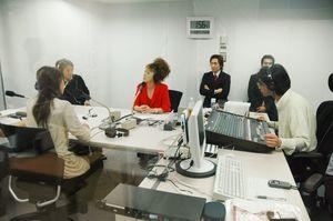 自主番組を制作するFMからつのスタッフ=唐津市南城内のスタジオ