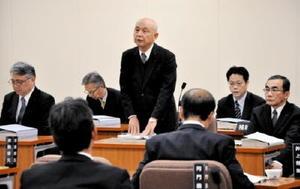 玄海原発再稼働に関し、議員からの質問に答える九州電力の山元春義取締役(中央)=9日、県議会