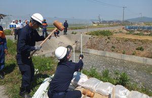地元区長会が見守る中で実施した水防訓練