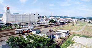 JRとMRの線路がつながっていた頃の伊万里駅を「駅裏」から見た風景(伊万里市役所提供)