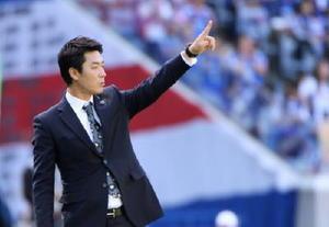 選手に指示を出す尹氏=2014年5月10日、横浜市の日産スタジアム