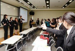 西九州大短期大学部幼児保育学科の他の学生と一緒に踊る「しあわせモリモリあさごはん」を作った学生ら(左)=佐賀市の西九州大短期大学部