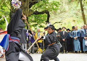 力強い棒術を披露した子どもたち=佐賀市富士町の諏訪神社