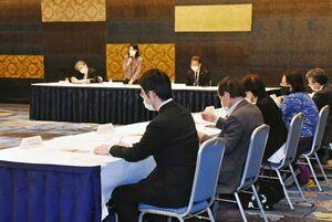 新型コロナウイルスによる影響などについて話し合った県自殺対策協議会=佐賀市のホテルニューオータニ佐賀